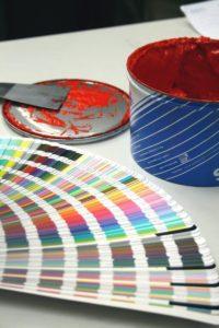 Izdelava nalepk in drugih promocijskih materialov zahteva veliko mero kreativnosti in prilagodljivosti