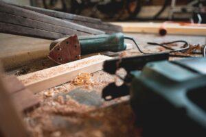 Vbodna žaga in brusilnik sta osnovna pripomočka za delo z lesom
